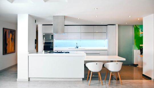 Victor-rodriguez-white-kitchen-open-on-the-sea